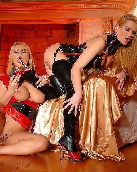 Лесбиянки активно эксплуатируют красный дилдо