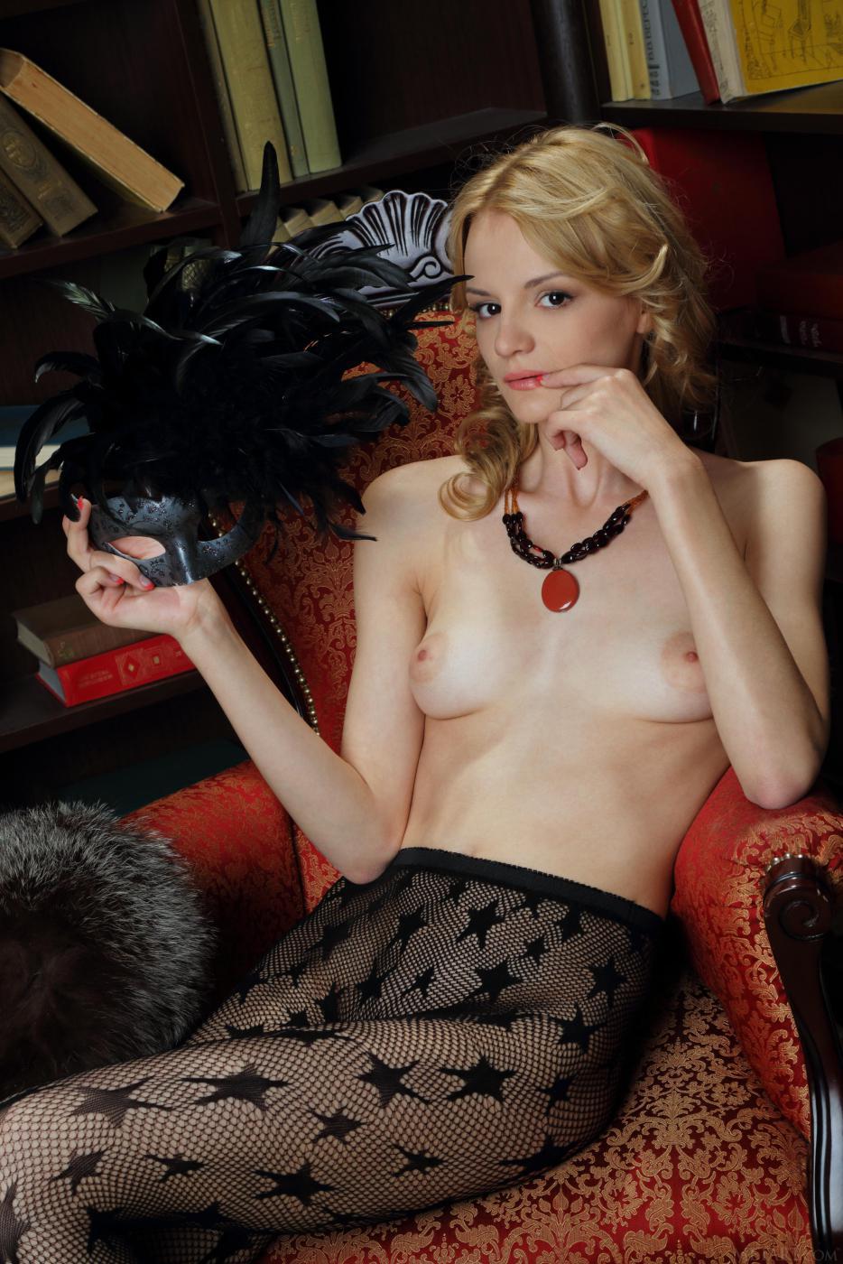 Похотливая блондинка Edita Recna обнажает раздетую письку через черные колготки