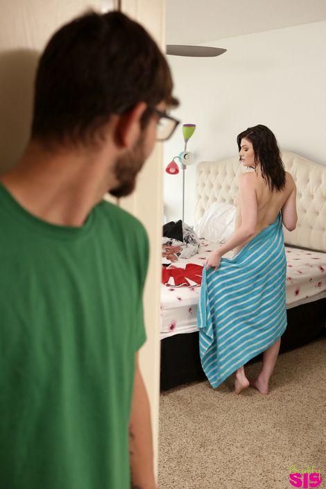 19-летняя русая порноактрисса Jessica Rex в униформе болельщицы отдается брутальному парню в очках