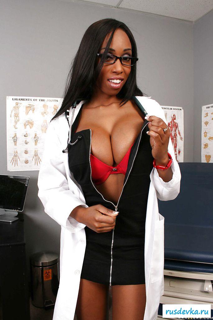 Негритянка снимает одежду в поликлинике