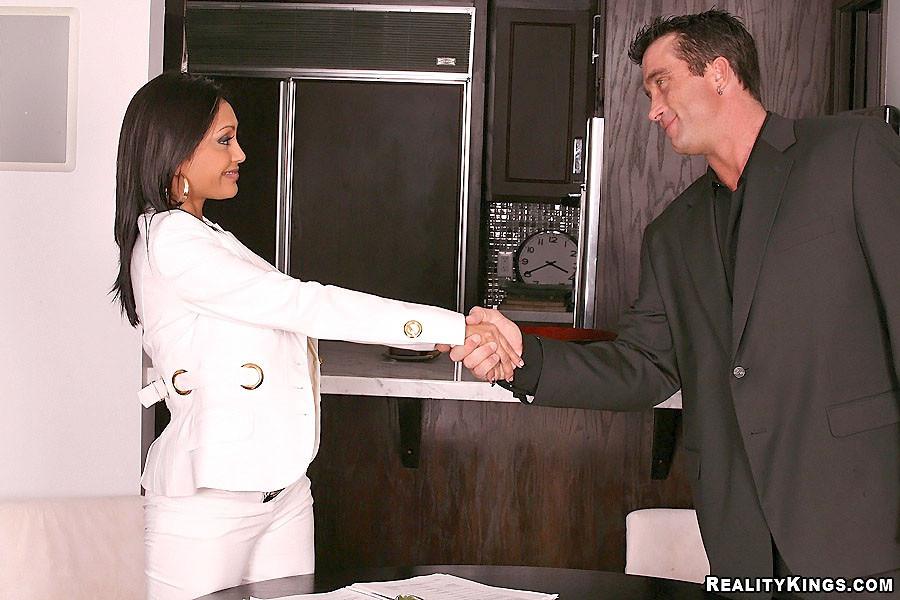 Огненная секретарша всегда рада поебаться с боссом