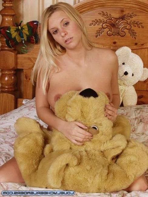Блонди сняла лифчик, лишь бы ее выебали