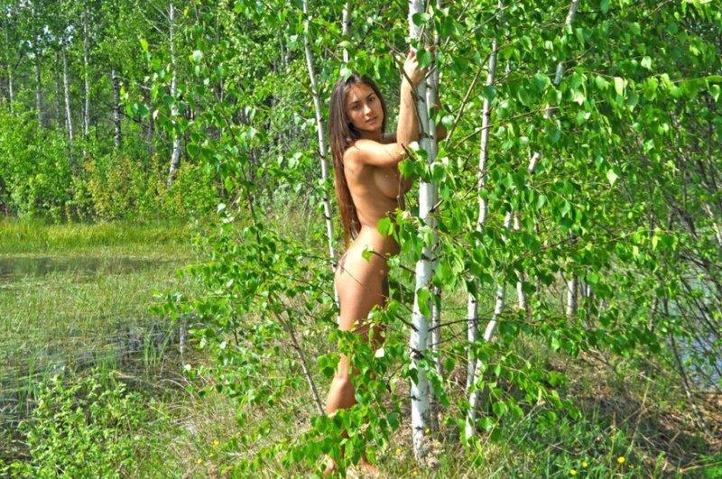 Спортивная натуристка ходит обнаженная по горам и лесам