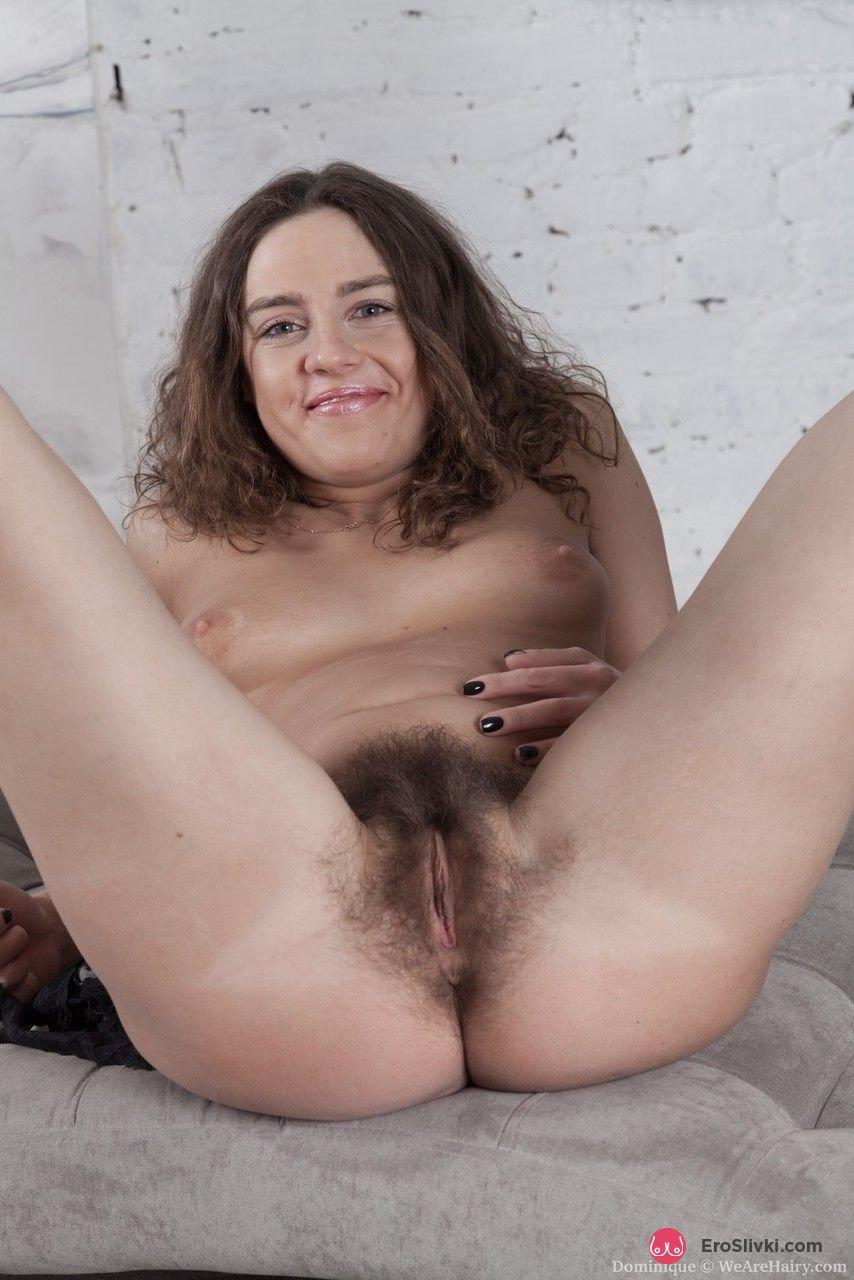 Кучерявая брюнетка стащила стринги и выставила на всеобщее обозрение свою пушистую вагину