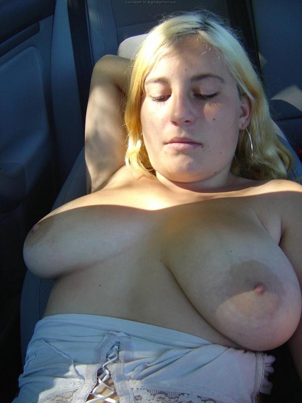Пикапер спаривается в машине с большегрудой светлой моделью
