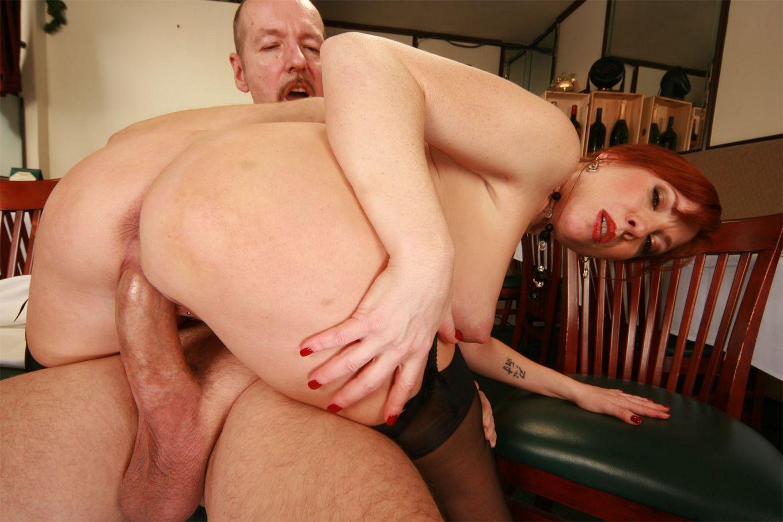 Сиськастая рыжеволосая зрелка ебется с мужчиной на рабочем месте