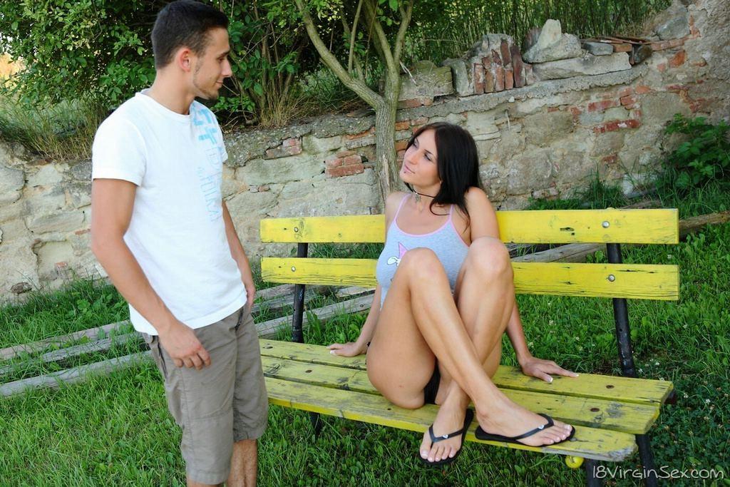 Сидела на скамейке в вызывающих позах и была трахнута проходящим мимо юношей