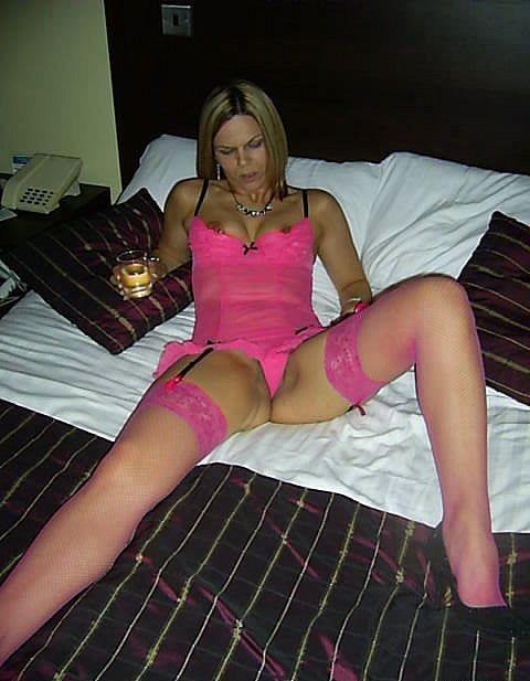 Блондинка в розовом нижнем белье ебет себя бутылкой