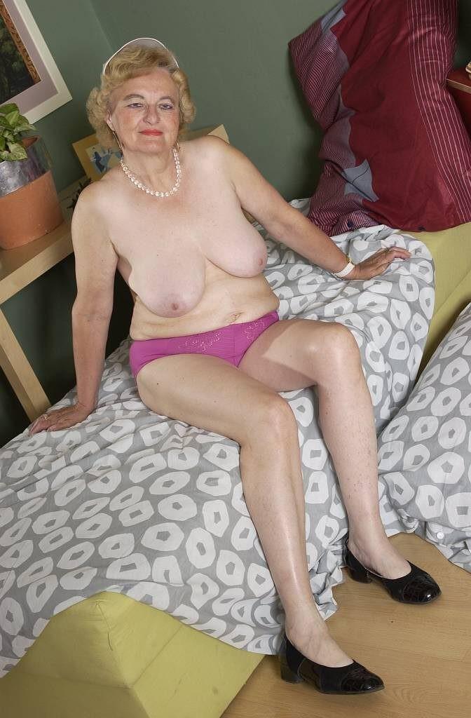 Возрастная домработница мечтает, чтоб ее отжарил хозяин, а вот он о ней не мечтает