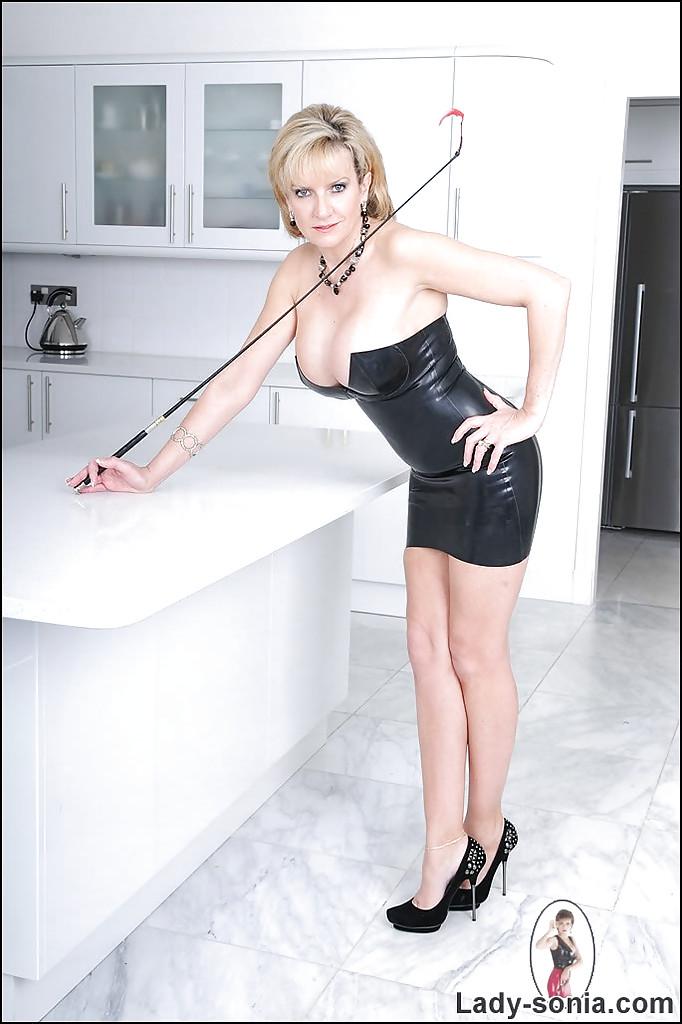 Пышногрудая британка в латексном платье мастурбирует на кухне