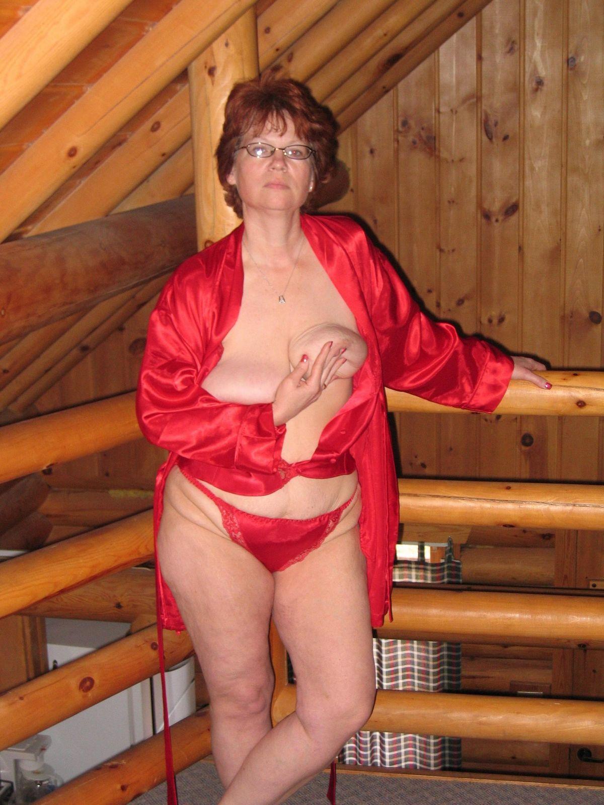 Зрелая деваха стягивает красный халатик, обнажив пухлое тело, и достала свой любимый вибратор